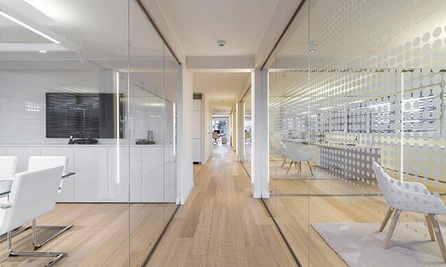 Casa moderna, luminosa e con elementi in vetro