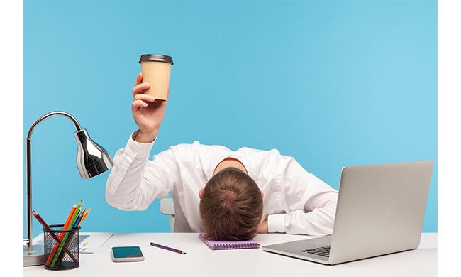 Usi e abusi della caffeina in ufficio: effetti benefici e controindicazioni